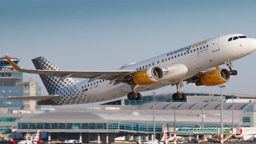 aereo dell'agenzia Vueling in fase di decollo