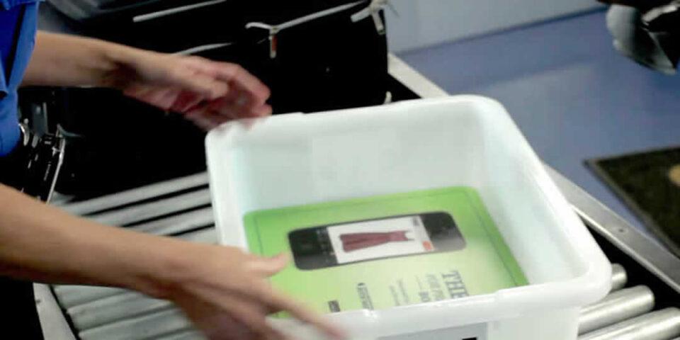 Vassoi portaoggetti in aeroporto: covi di virus e batteri