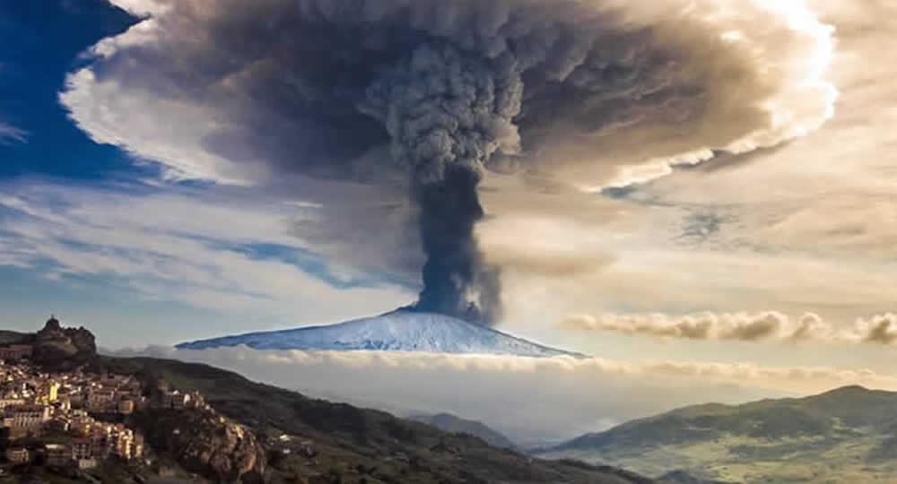 Voli cancellati per eruzione dell'Etna